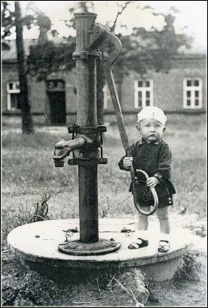 Mały Ernest przy pompie
